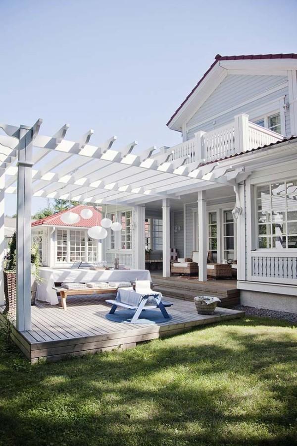 Weiße Veranda im Erdgeschoss - ein Traumhaus