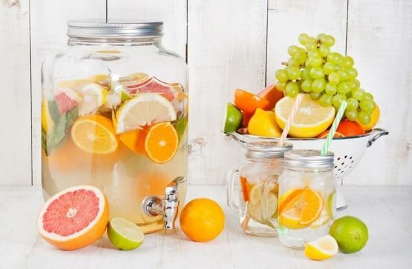 detox wasser mit früchten als durstlöscher