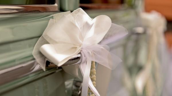 eine Schleife Autoschmuck Hochzeit