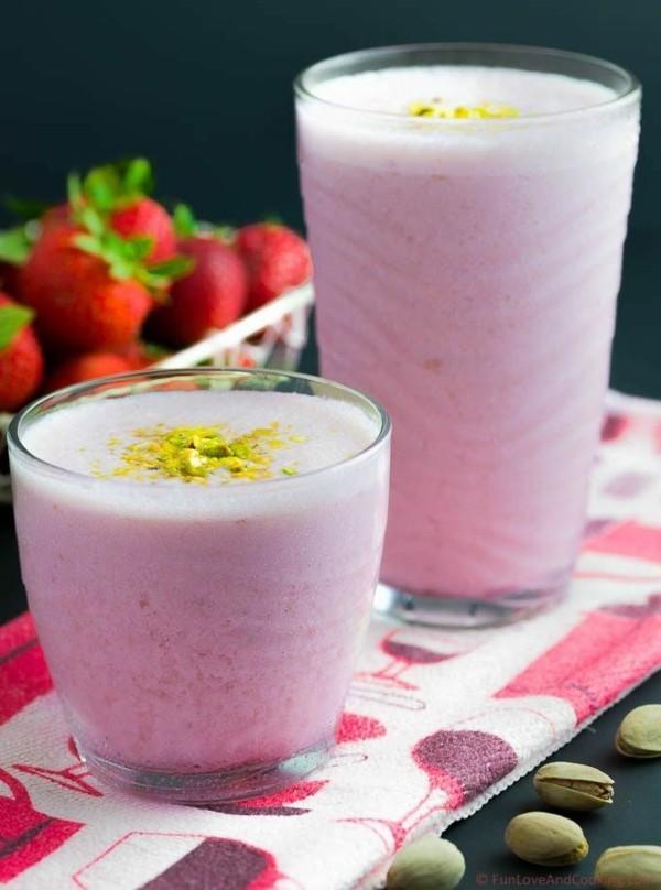 erdbeer lassi mit pistazien als durstlöscher