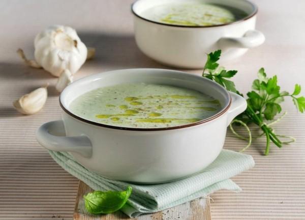 kalte gurkensuppe mit yoghurt und knoblauch