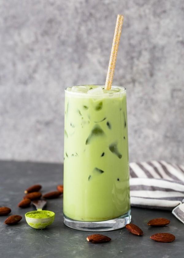 matcha tee latte mit eis als durstlöscher