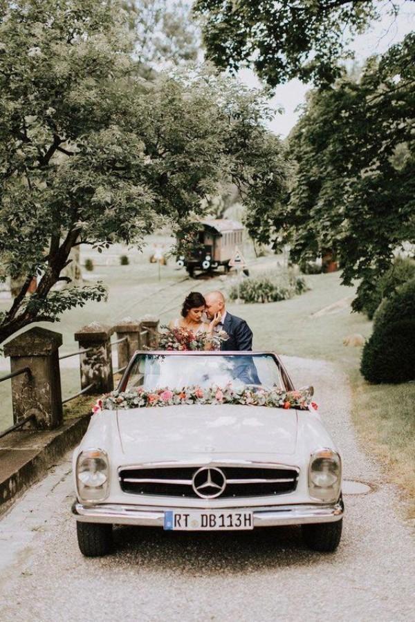 mitten auf einer Wiese Autoschmuck Hochzeit