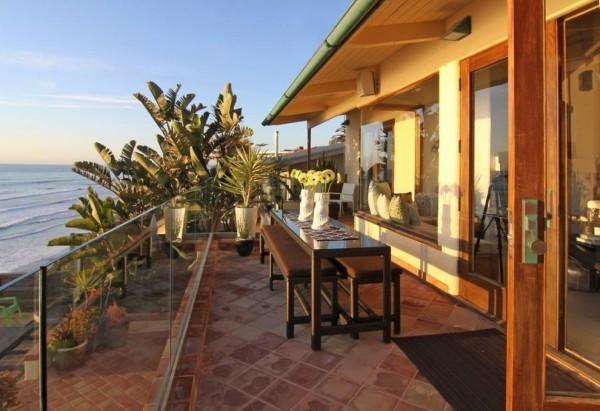 moderne Häuser - Balkon am Meer