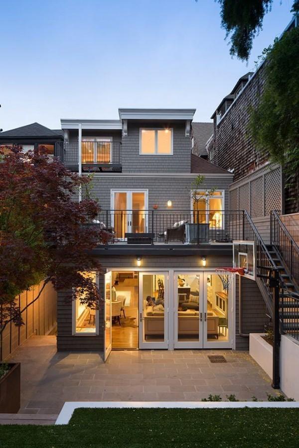 moderne Häuser graue Fassade mit Beleuchtung drinnen