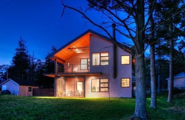 moderne Häuser - halb beleuchtet, halb dunkel