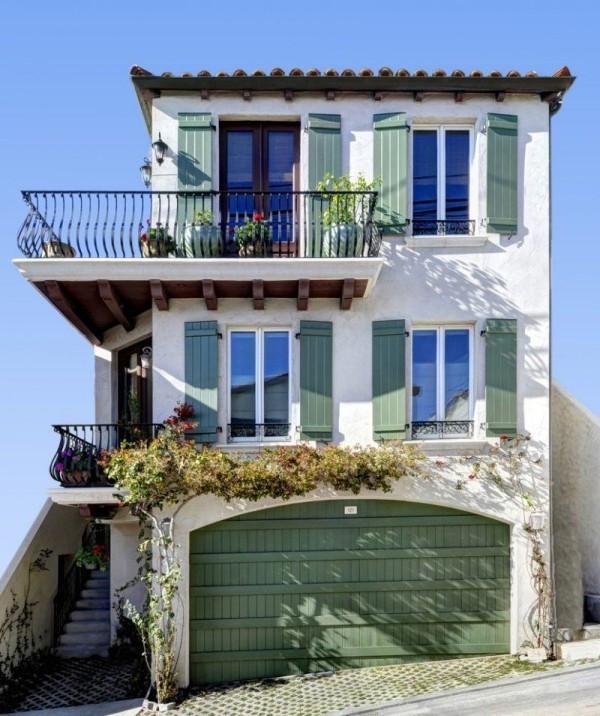 moderne Häuser in grüner und weißer Farbe