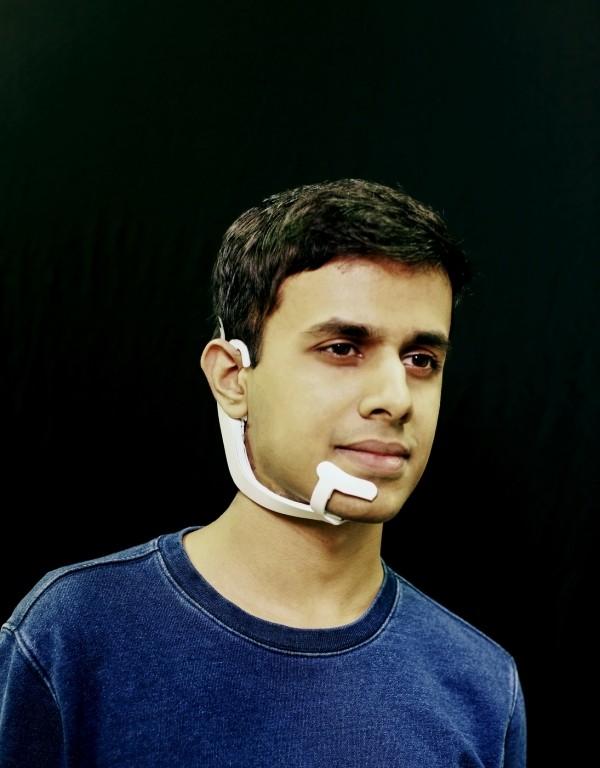 AlterEgo ist ein tragbares Gerät, das Ihre Gedanken lesen kann kapur trägt headset