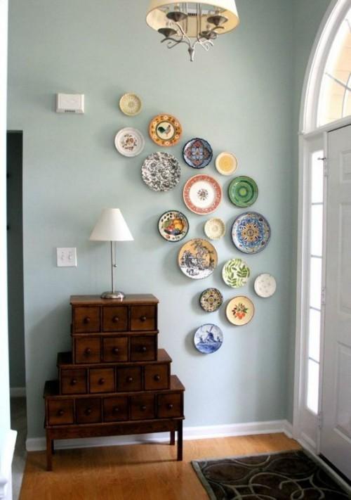 Asymmetrie im Interieur Flur im Retro Stil asymmetrische Gestaltung mit bunten Wandtellern