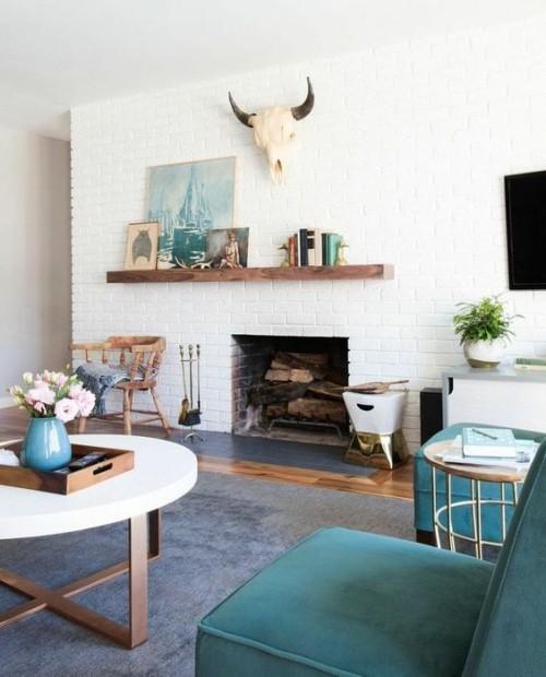 Asymmetrie im Interieur Wohnzimmer Kamin Petrolblau und Weiß