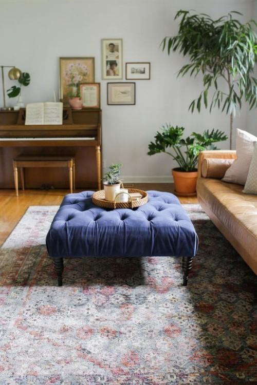 Asymmetrie im Interieur Wohnzimmer Teppich Sofa Zimmerpflanzen blauer Hocker mit Liebe zum Detail eingerichtet