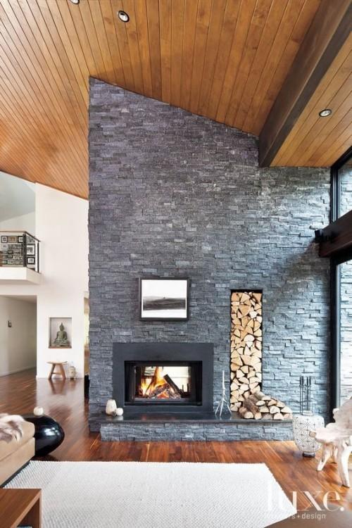 Asymmetrie im Interieur clevere Brennholzaufbewahrung im Wohnzimmer perfektes Raumdesign