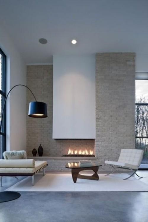 Asymmetrie im Interieur eingebauter Kamin Steinwand modernes stilvolles Raumdesign Bogenlampe