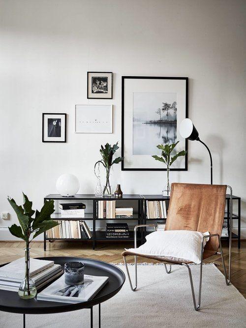 Asymmetrie im Interieur harmonisch gestaltetes Wohnzimmer Bilderwand