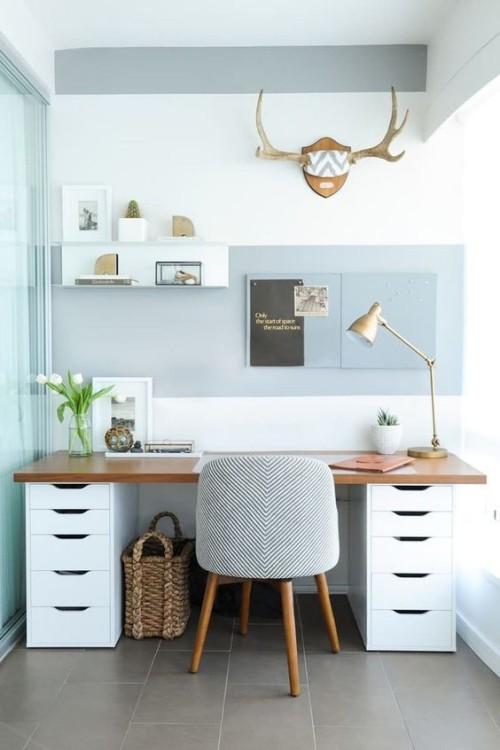 Asymmetrie im Interieur kleine Arbeitsecke Homeoffice bewegt eingerichtet
