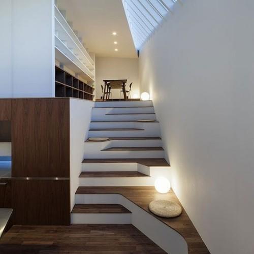 Asymmetrie im Interieur minimalistisch gestaltete Treppe super attraktiv gut beleuchtet
