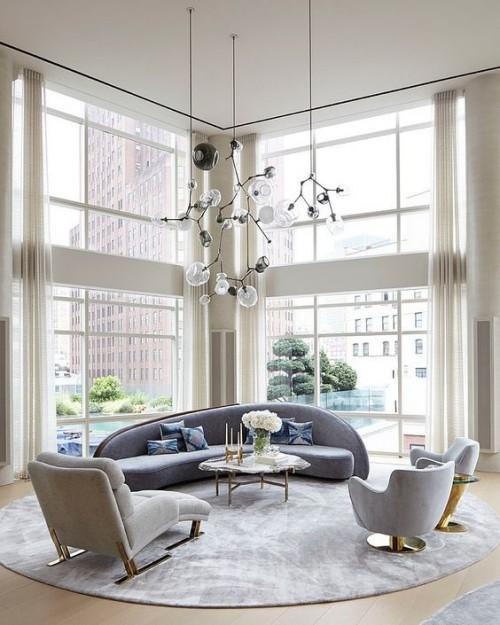 Asymmetrie im Interieur modernes Wohnzimmer in Grau