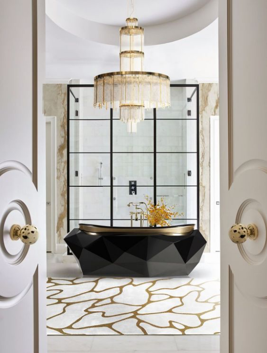 Bad mit Kronleuchter Marmor schwarze freistehende Badewanne