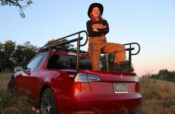Diese Dame implantierte ihren Tesla Model 3 Schlüssel in ihren Arm simone giertz und die truckla