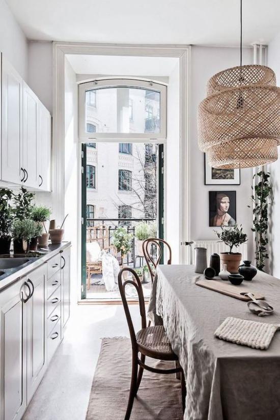 French Chic im Interieur Küche Essecke Übergang zum Balkon sehr schön gestalteter Raum Bilder