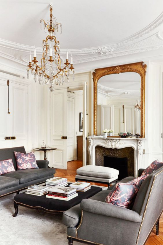 French Chic im Interieur Wohnzimmer Raumelemente aus verschiedenen Epochen Bilder Spiegel Sofas Tisch