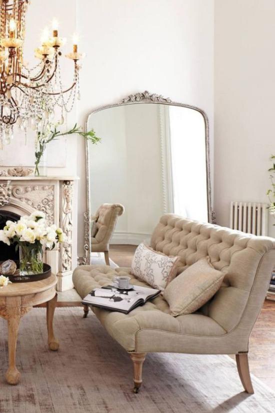 French Chic im Interieur beige Sofa Kronleuchter Spiegel den Raum visuell erweitern