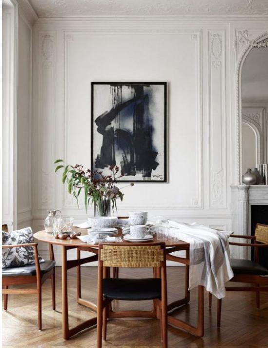 French Chic im Interieur elegante Essecke im Wohnzimmer bereits gedeckt neben dem Kamin