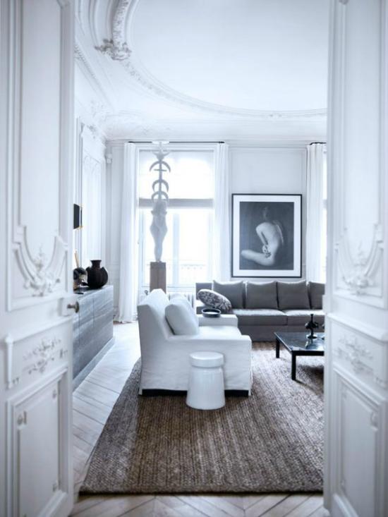 Γαλλικά chic στην εσωτερική ευρύχωρη καθιστική ουδέτερη χρωματική παλέτα