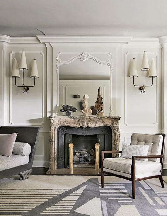 French Chic im Interieur helle Farbpalette Wohnzimmer Kamin elegante Möbel viel freier Raum