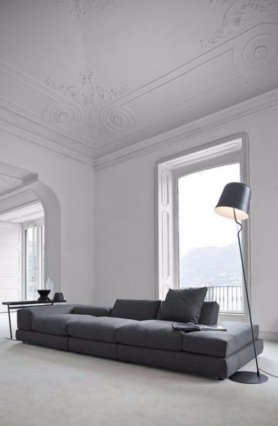 French Chic im Interieur minimalistisch gestaltetes Wohnzimmer Grau dominiert