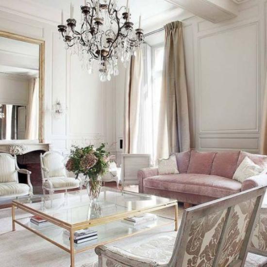 Η γαλλική κομψότητα στο εσωτερικό μοντέρνα συναντά τα παλιομοδίτικα μαλακά ροζ χρώματα καναπέδων </p> <h4 style=