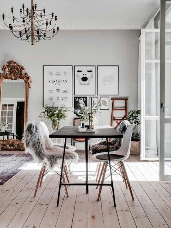 French Chic im Interieur schickes sehr modernes Ambiente kupferfarbene Akzente am Spiegel und Kronleuchter