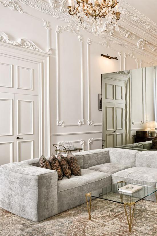 French Chic im Interieur vergoldete Akzente am Kristall-Kronleuchter und am eleganten Kaffeetisch