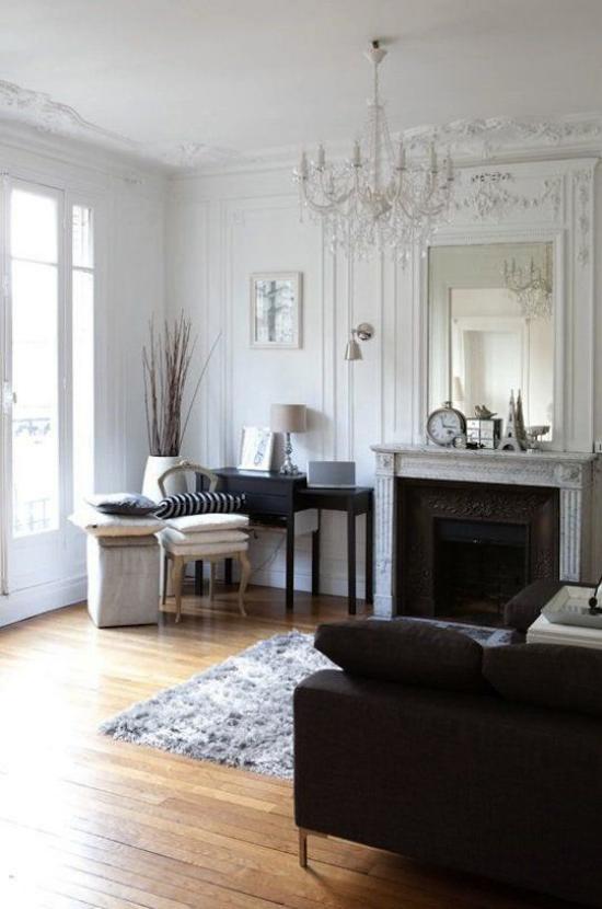 French Chic im Interieur viel Tageslicht einladende Atmosphäre Kamin Schreibtisch in der Ecke Deko Artikel