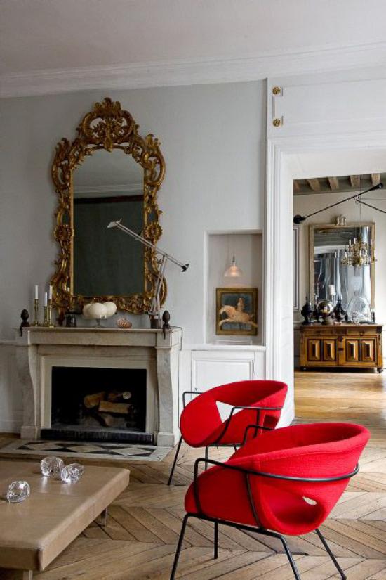 French Chic im Interieur zwei moderne Sessel in Blutrot Highlights im Zimmer eine Seltenheit