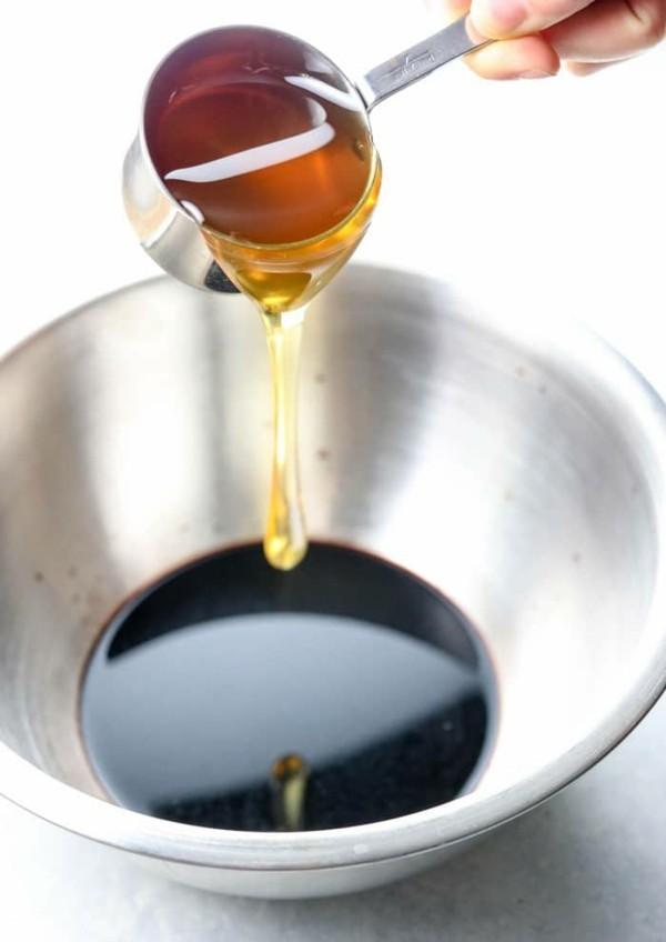 Holundersirup selber machen Holundersirup Rezept Honig zugeben