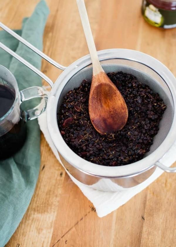 Holundersirup selber machen Rezept Holunderbeeren verarbeiten