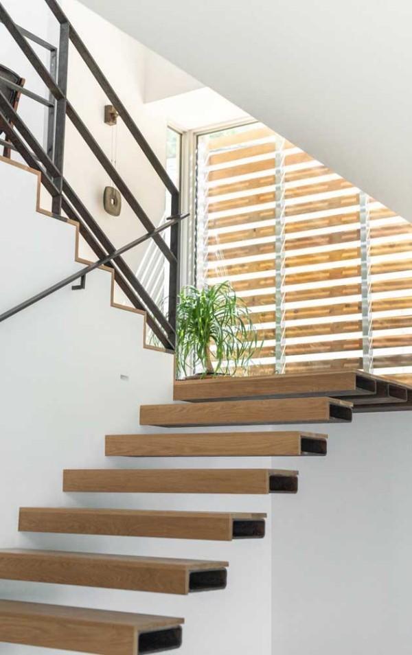 Holzstufen und weiße Gewänder - Treppengestaltung