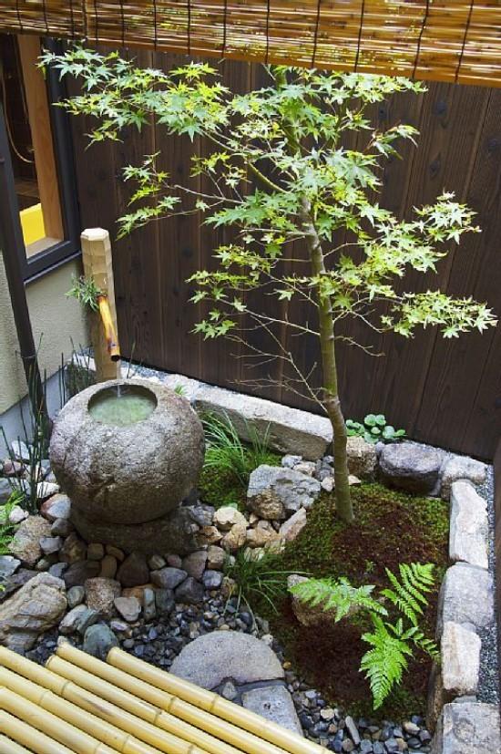 Japanischer Garten hohe Ästhetik visuelle Harmonie Steine Kies Steinbrunnen niedrig wachsende Sträucher Baum Bambus