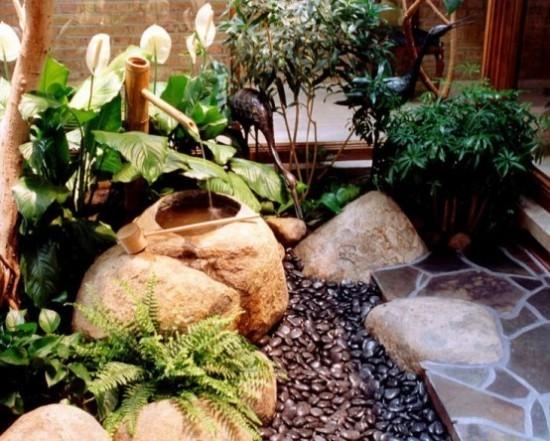 Japanischer Garten hohe Ästhetik visuelle Harmonie Steine Kies weiße Kallas Farn