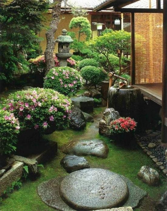 Japanischer Garten hohe Ästhetik visuelle Harmonie Steine Moos grüne Pflanzen blühende Sträucher
