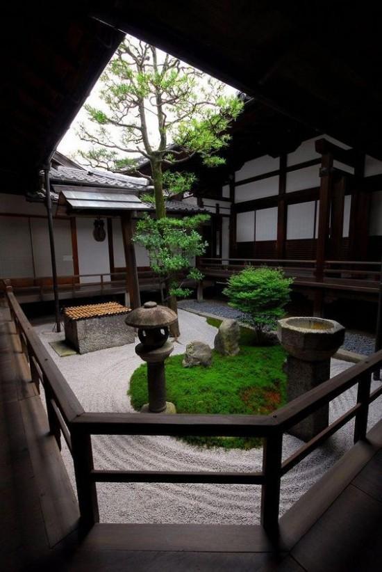 Japanischer Garten hohe Ästhetik visuelle Harmonie Steine Wellen im Sand symbolisieren fließendes Wasser