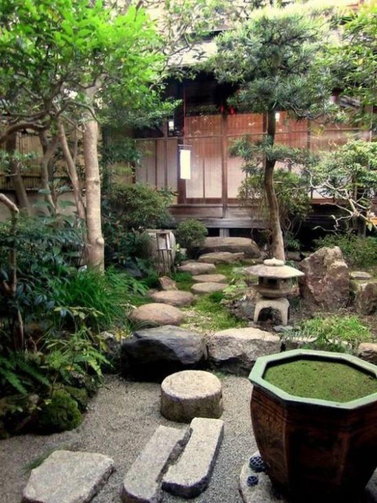 Japanischer Garten hohe Ästhetik visuelle Harmonie Steine grüne Sträucher und nicht zu hohe Bäume ergeben ein harmonisches Bild