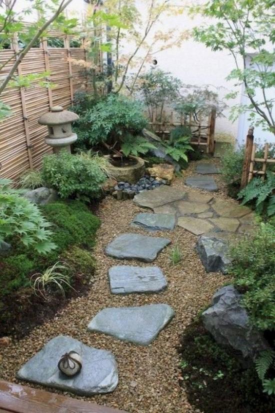 Japanischer Garten hohe Ästhetik visuelle Harmonie Steinplatten als Pfad Kies grüne Pflanzen Bambuswand