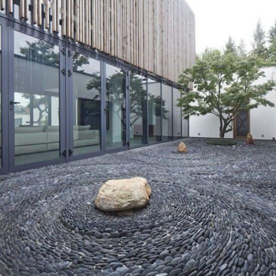 Japanischer Garten hohe Ästhetik visuelle Harmonie Wellen aus kleinen Steuinen in Antrazitgrau