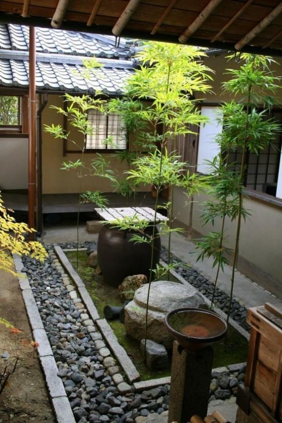 Japanischer Garten hohe Ästhetik visuelle Harmonie im Hinterhof Steine Kies Moos Bäume