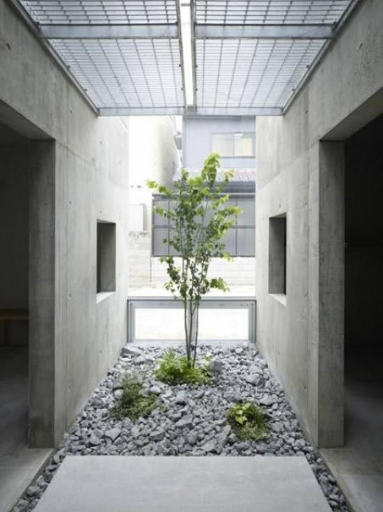 Japanischer Garten im Hinterhof Steineplatten Kiesel grau