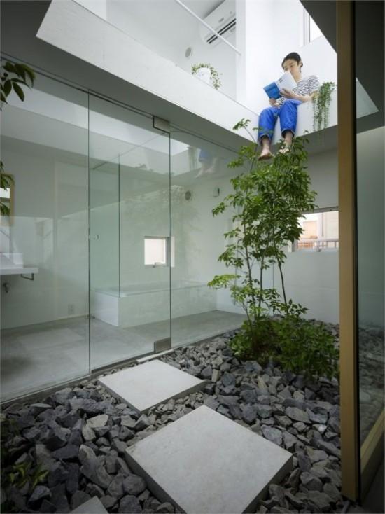 Japanischer Garten im Hinterhof kleine Fläche Steinplatten Kiesel Glaswände