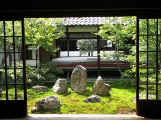 Japanischer Garten schöner Blick Steine Moos grüne Pflanzen
