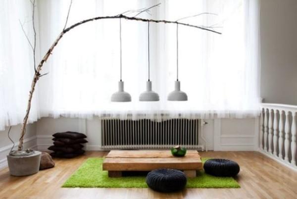 Japanisches Wohnzimmer Natur präsent Zweig Hängeleuchten niedrige Möbel Bodenkissen grüne Matte